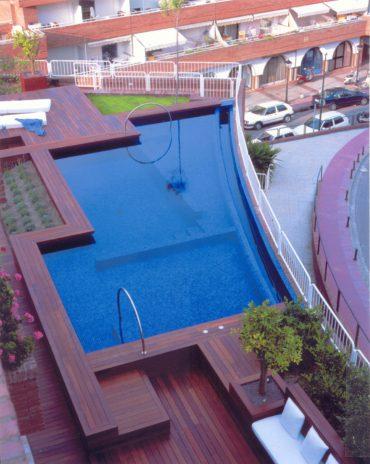 Una piscina a la terrassa