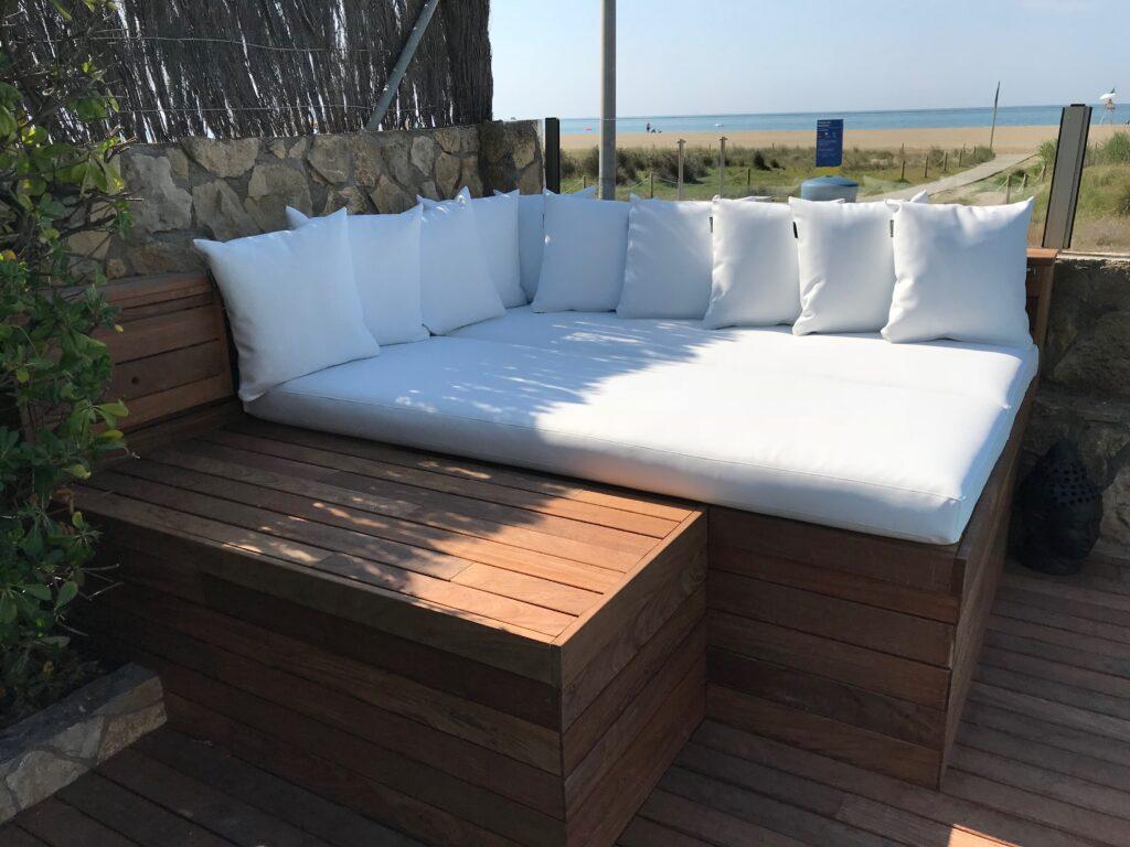 Sofá en piscina en terraza